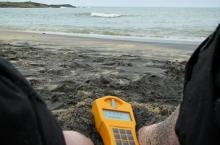 На каком пляже, где не запрещено отдыхать, уровень радиации превышает норму почти в десять раз