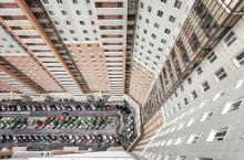 «Дом-город» рядом с Питером: как живут люди в доме, где 35 подъездов, 3708 квартир и уличная парковка
