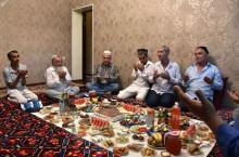 Почему у узбеков жены едят отдельно от мужей