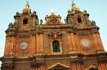 Почему на церквях Мальты несколько часов, и одни из них врут