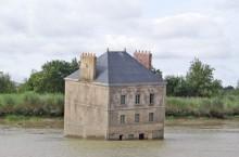 Как посреди французской реки оказался старинный дом, плавающий в ее водах уже много лет
