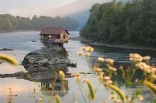 Почему домик на Дрине так прославился и стал одним из самых фотографируемых объектов Сербии