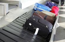 Чемоданы которые не забрали с ленты сотрудники аэропорта выгружают в конечном пункте