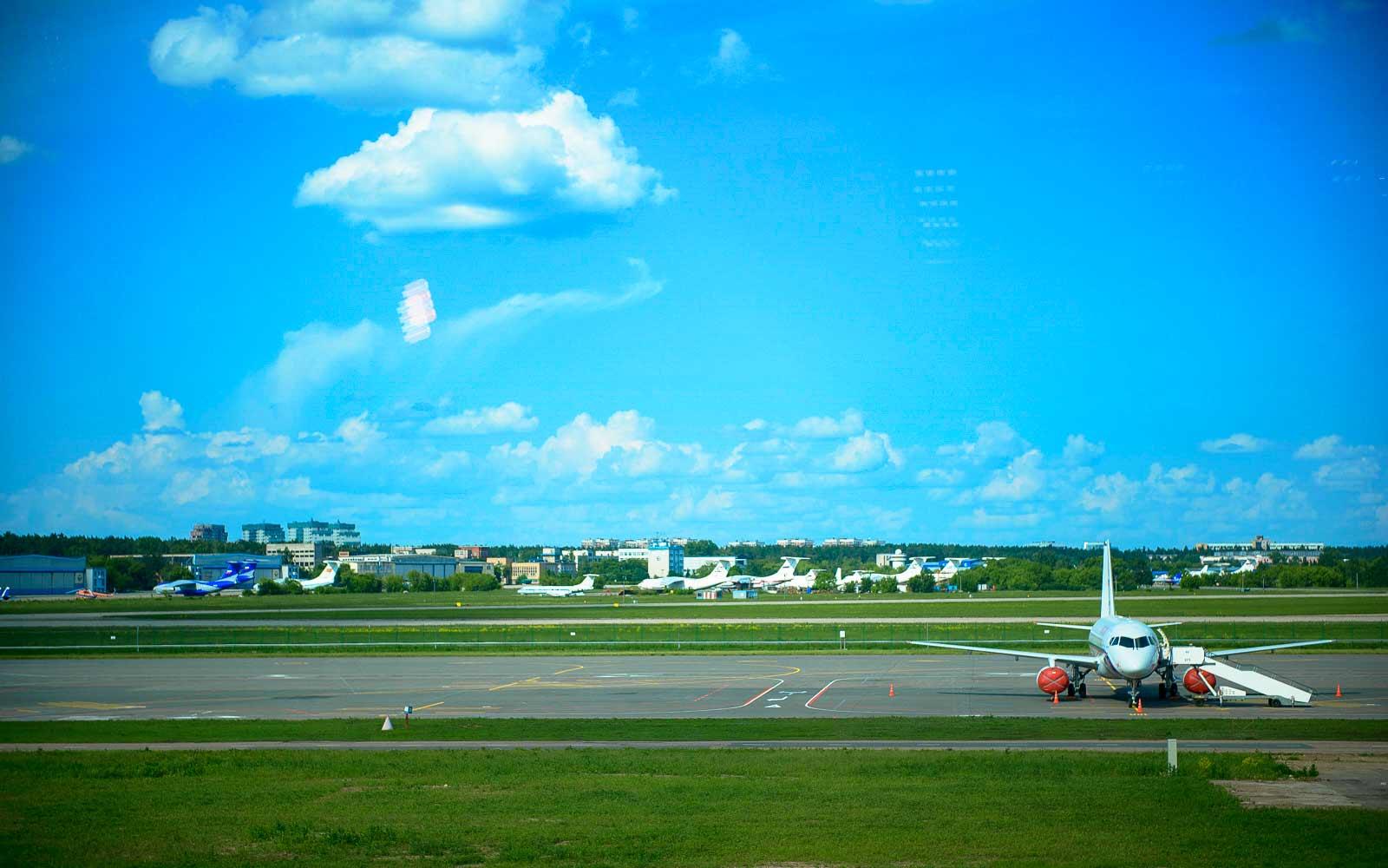 Длинная взлетно посадочная полоса в аэропорте жуковский