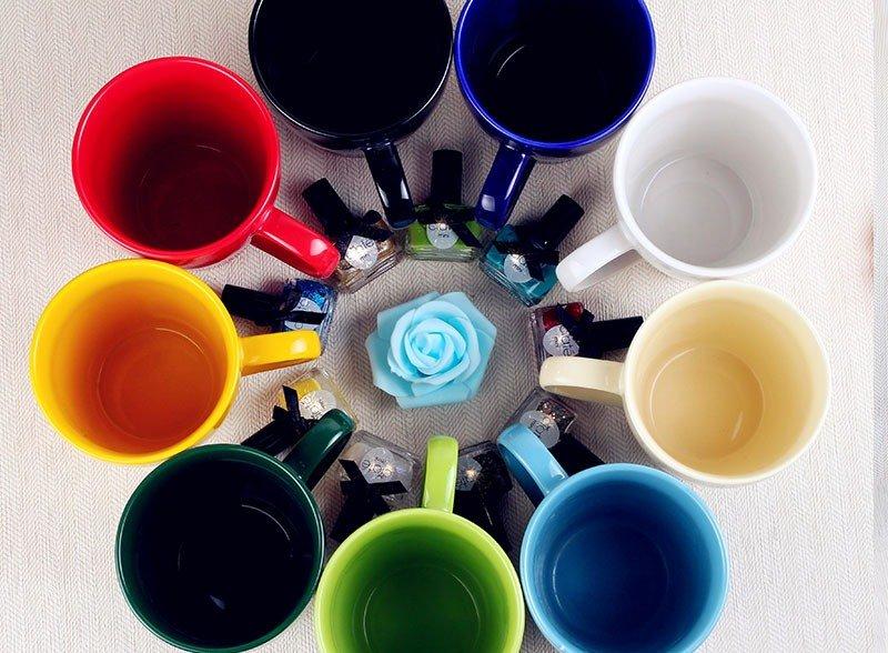 Разноцветные чашки в магазине во внуково