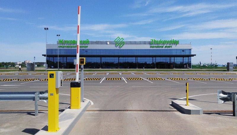 Открытая парковка перед терминалом