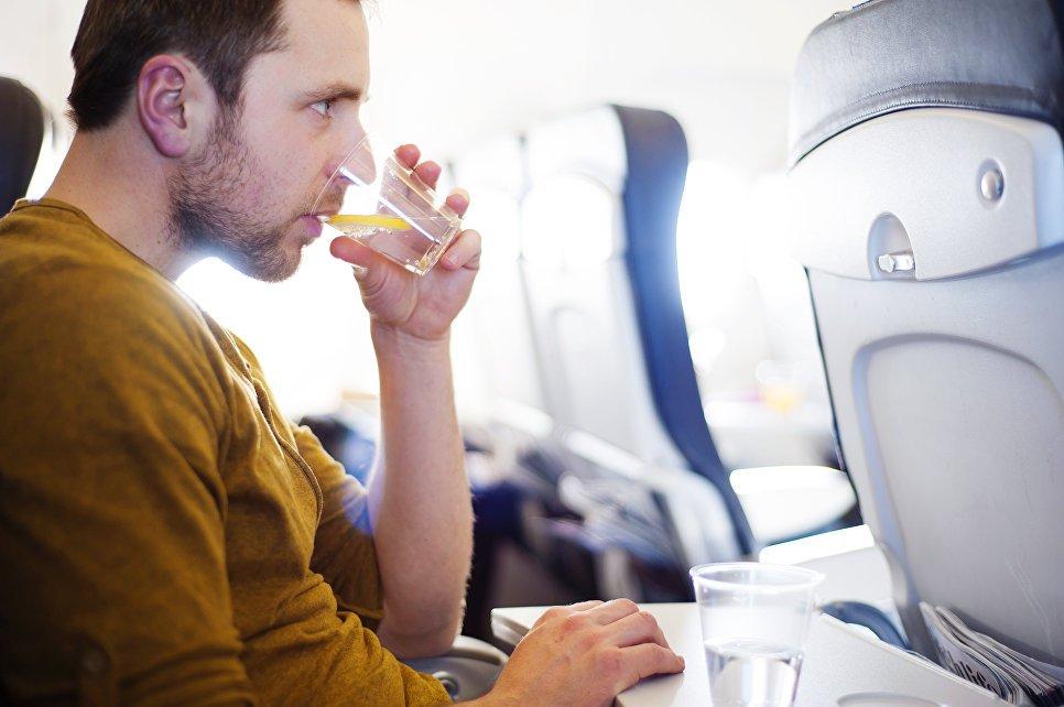 Можно ли пить алкоголь в самолете