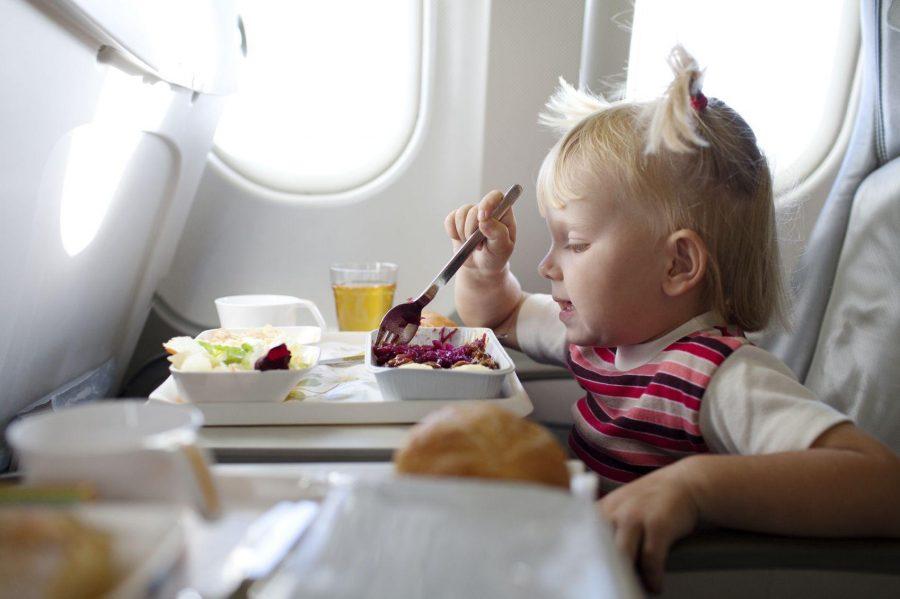Ребенок в самолете питается