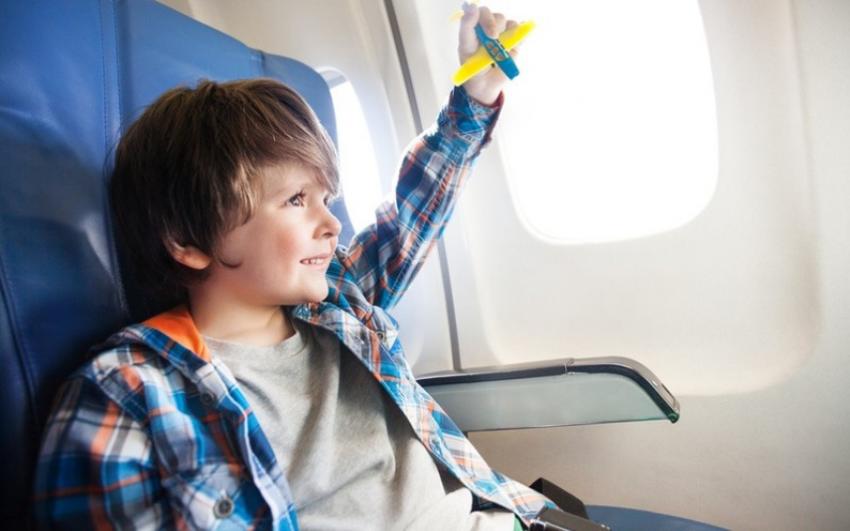 Ребенок летит в самолете один