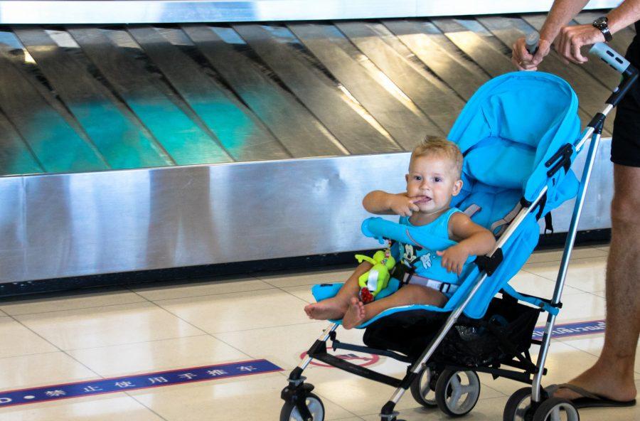 Выдали коляску у выхода из самолета