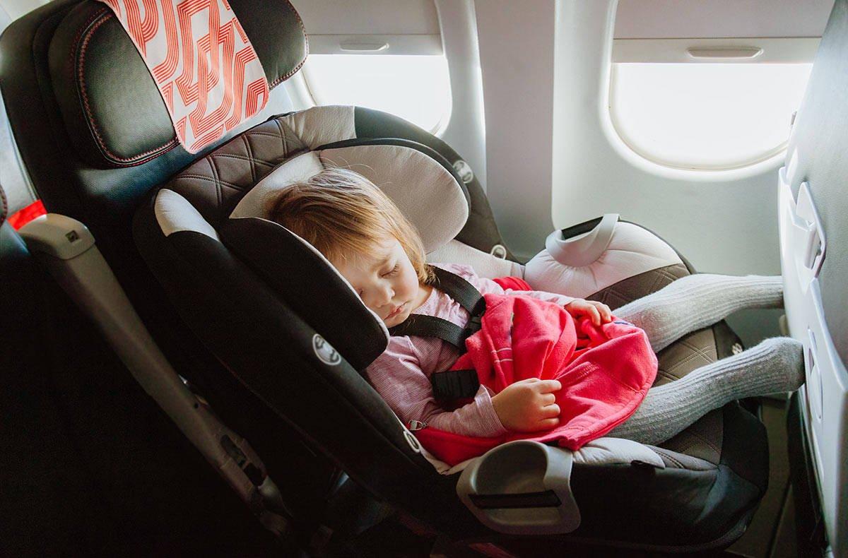Спящий ребенок летит в самолете