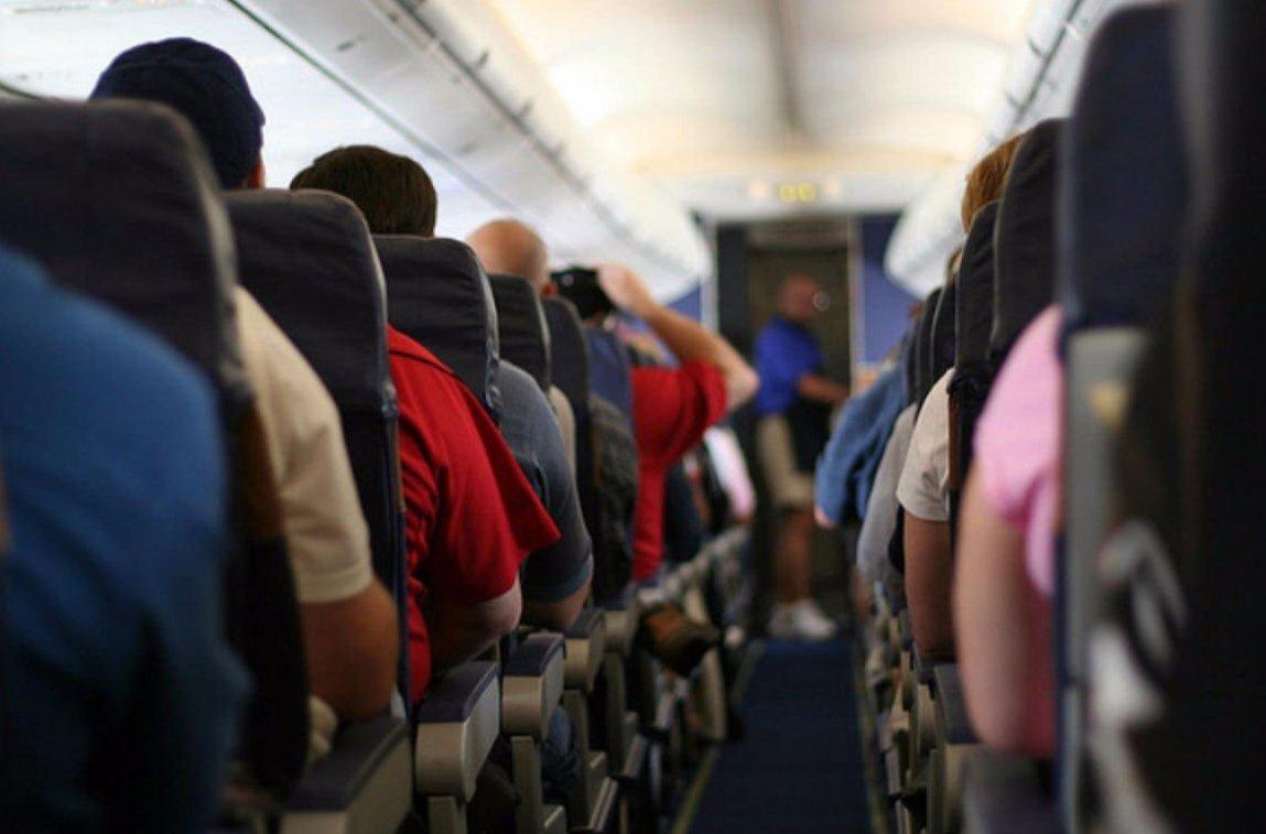 Пассажиры на борту самолета