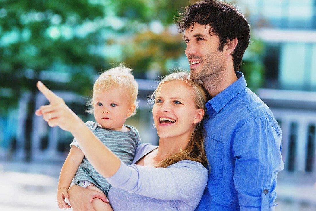 Родители с маленьким ребенком