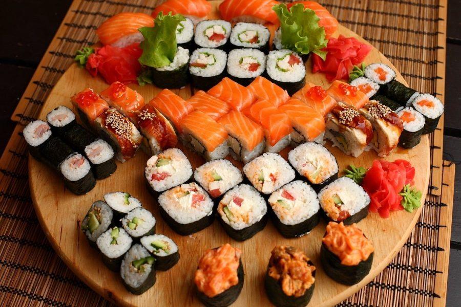 Суши и роллы японское блюдо