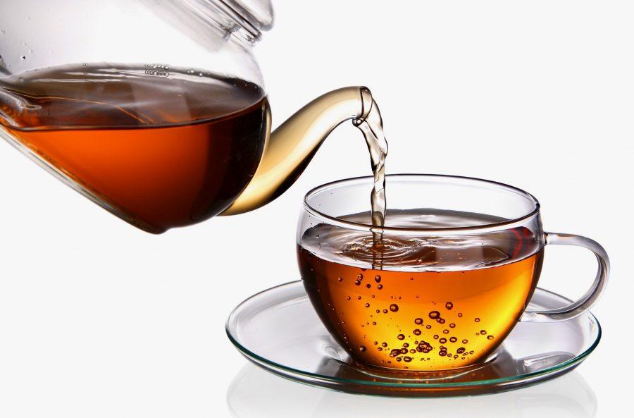 Подливать чай в стакан для гостя