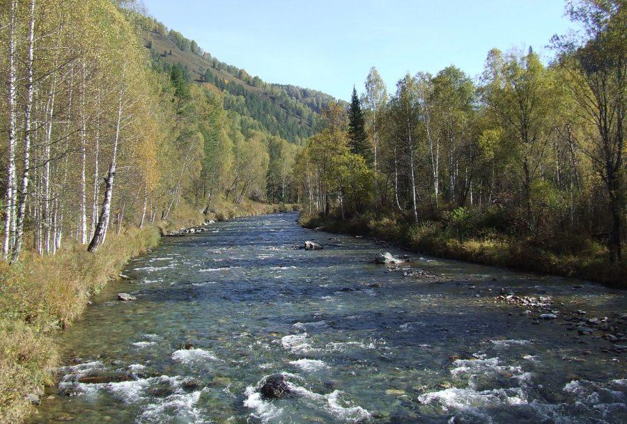 Река и горный хребет Саяны