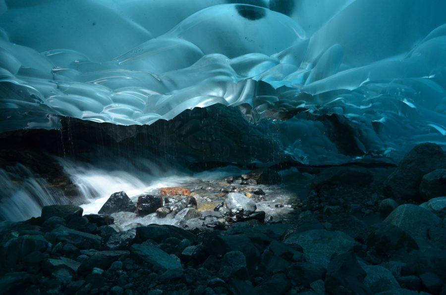 Ледяная пещера рядом с городом Джуно на Аляске