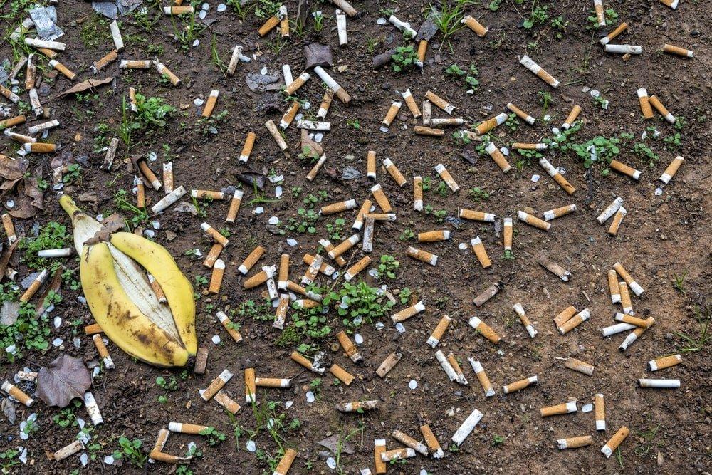 сигареты на полу