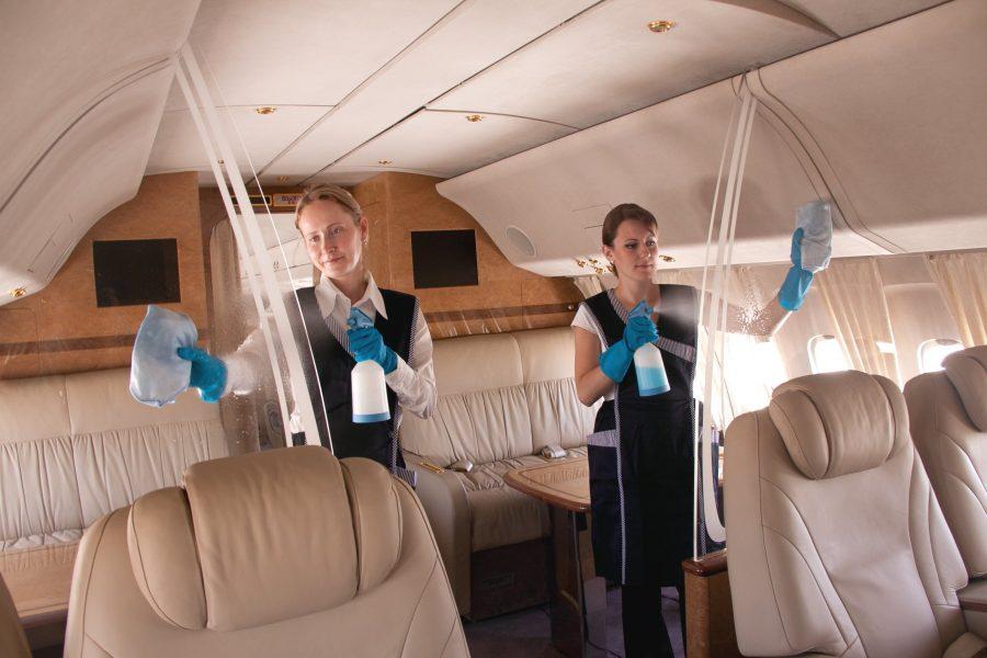Убраться в салоне самолета