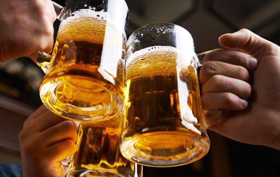 Пить пенный напиток в Украине