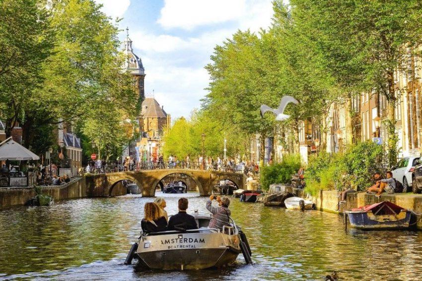 Нидерланды и приехавшие туристы