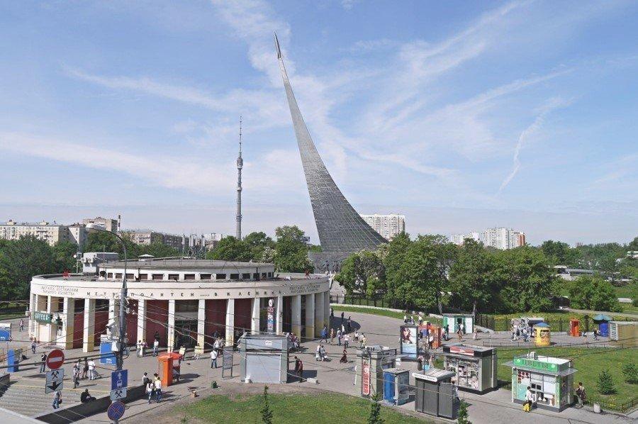 Станция метро ВДНХ в Москве