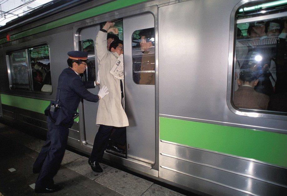 Токийское метро в час пик