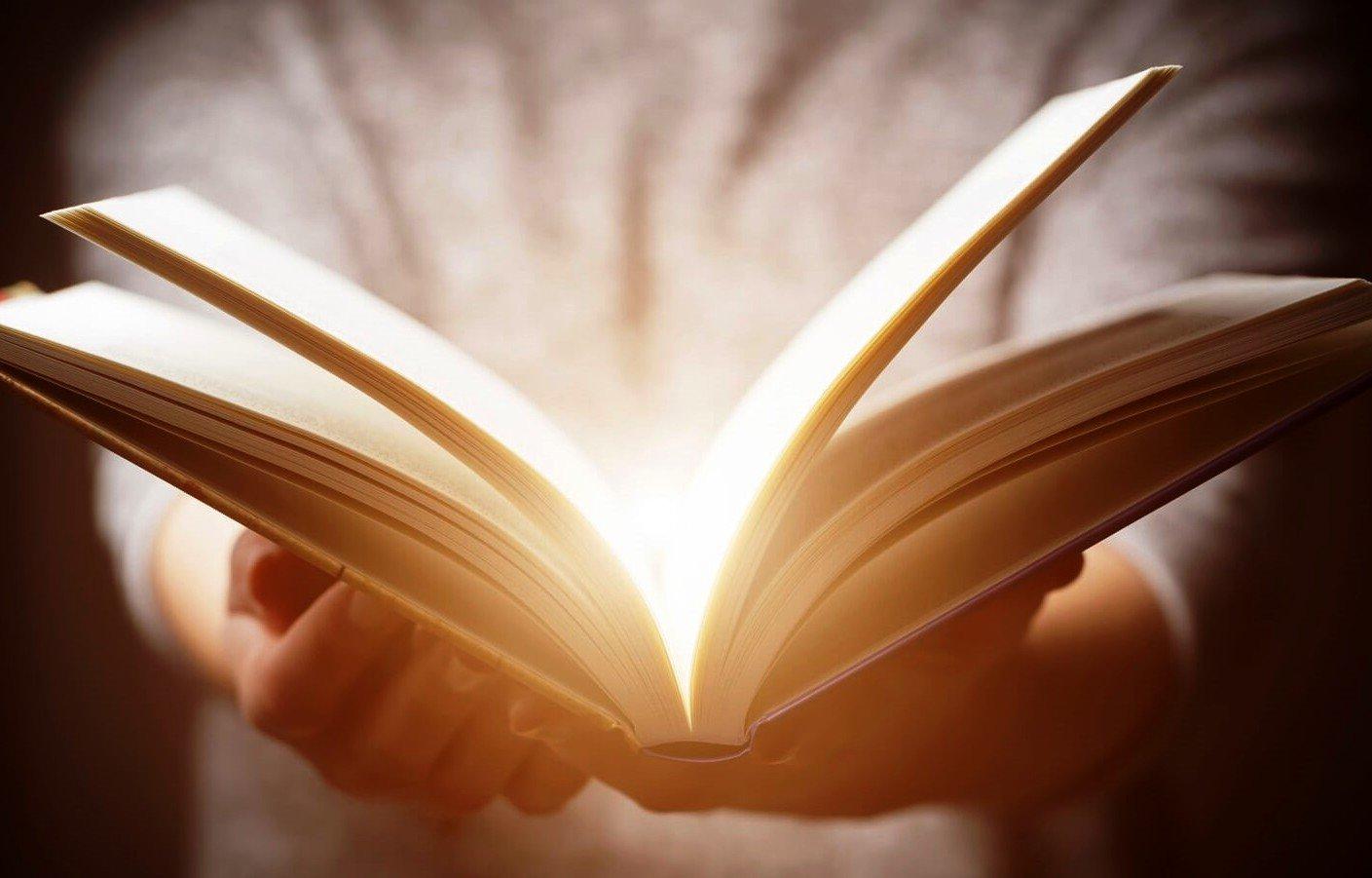 Чтение сказок взрослому человеку