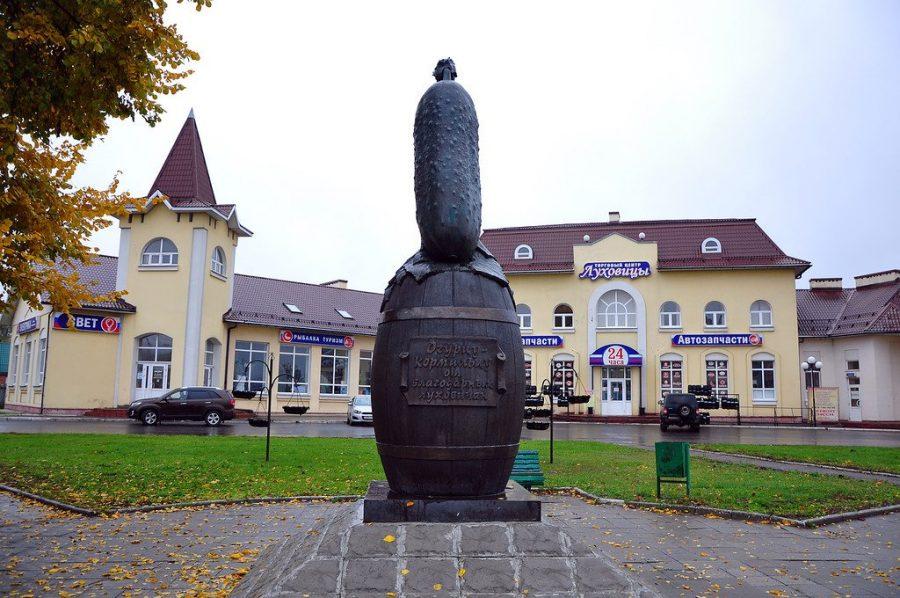 Памятник огурцу Луховицы