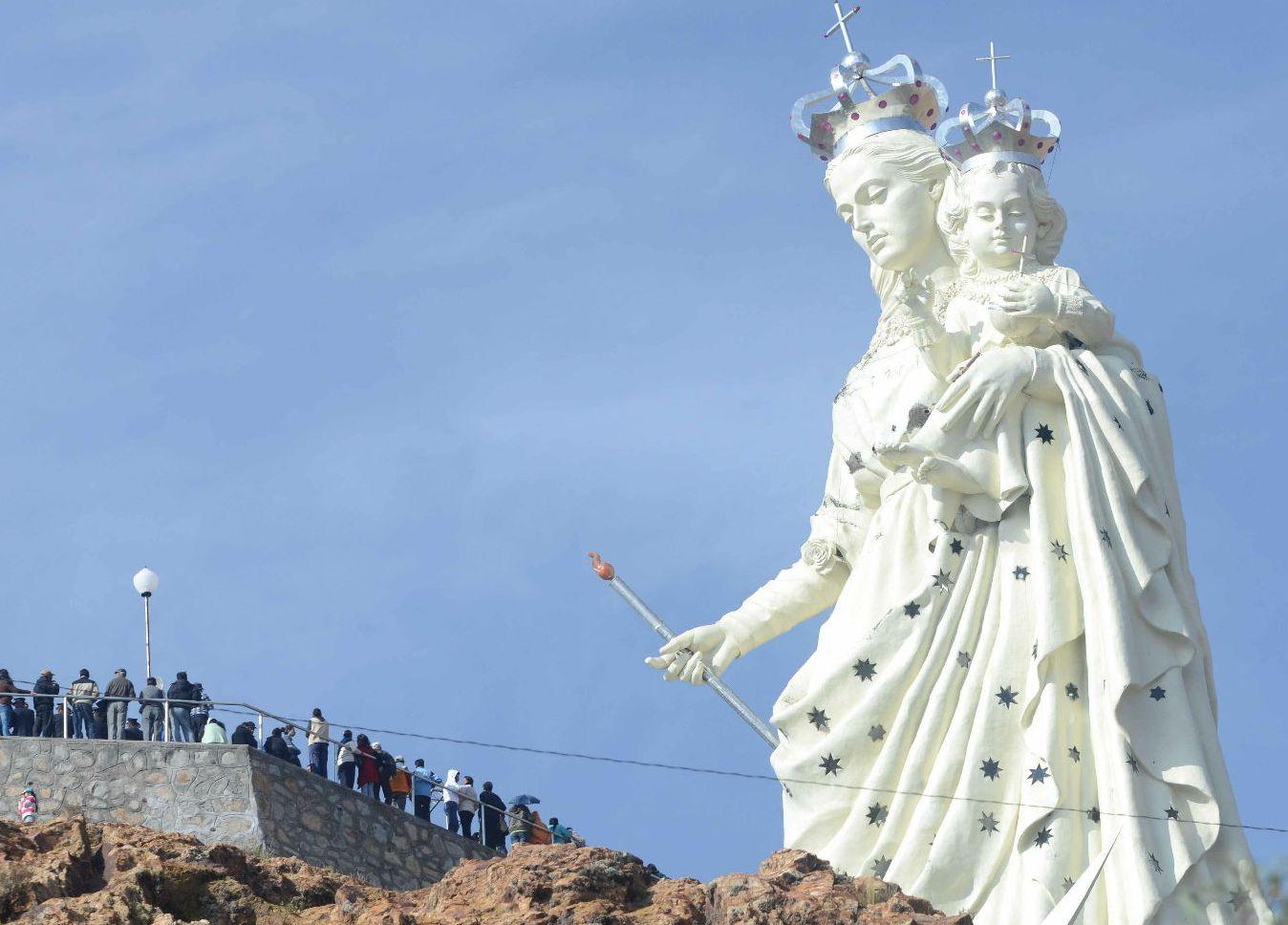Статуя Девы Марии в Боливии
