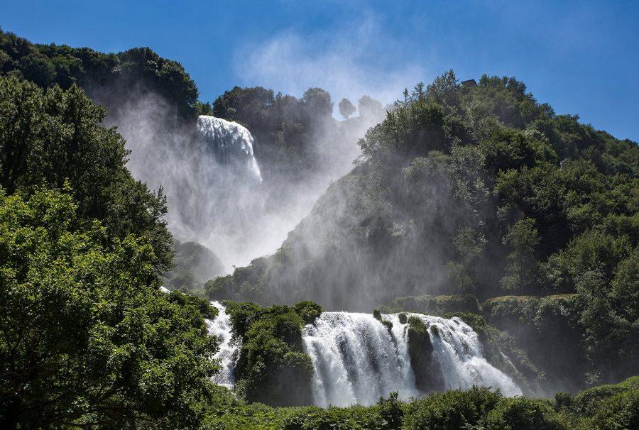 Величественный водопад Марморе