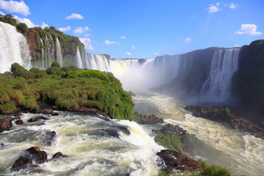 Величественный водопад Игуасу