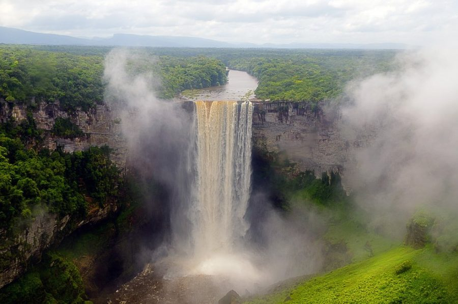 Величественный водопад Кайетур