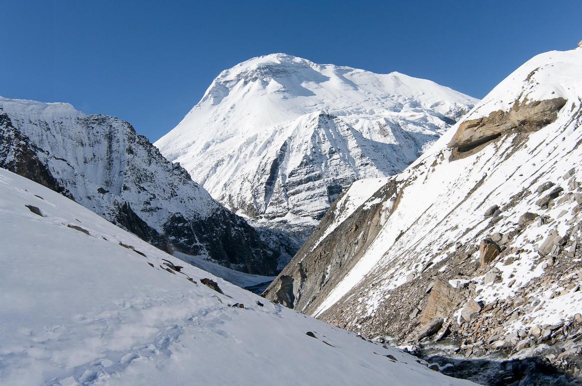 Высокая гора Дхаулагири в Непале