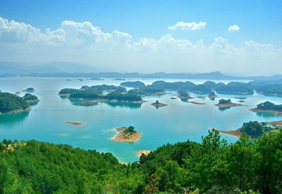 Красивое озеро Циндао в Китае