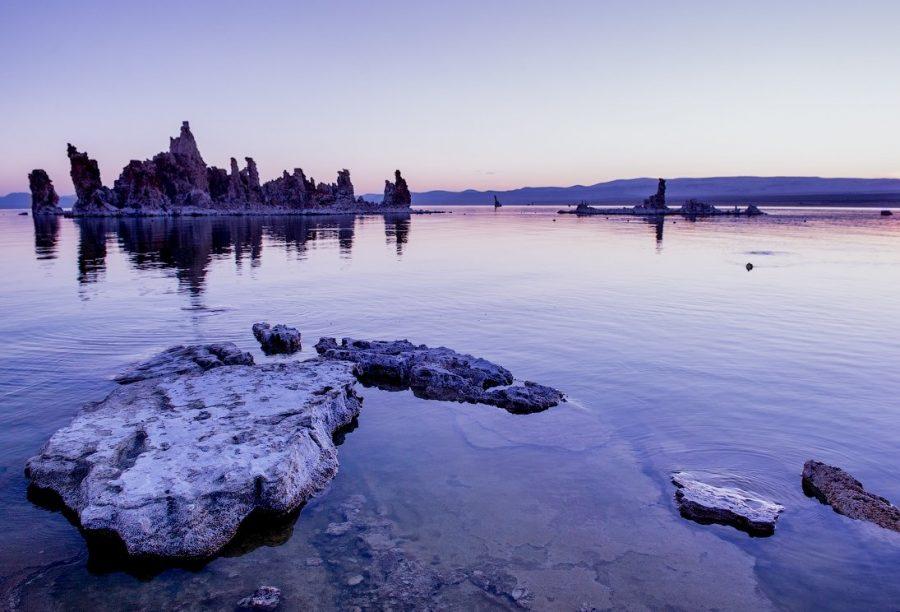 Моно соленое озеро в Калифорнии