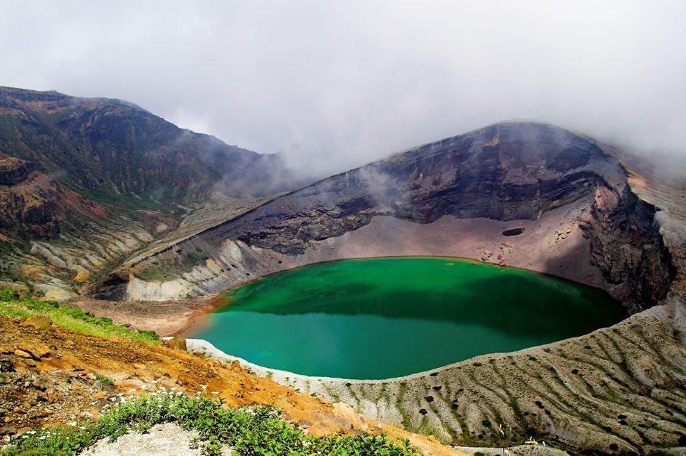 Красивое озеро Оккама в Японии