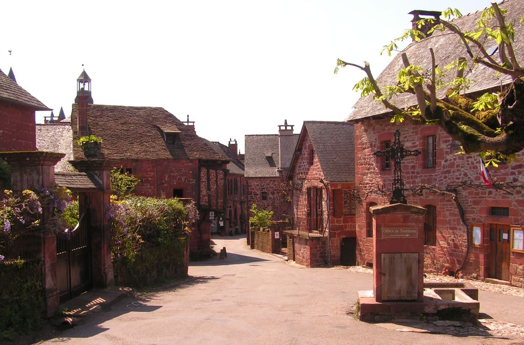 Колонь-ля-Руж город в красном оттенке