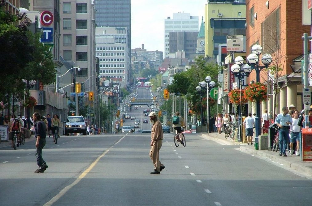 Улица Yonge Street из Канады