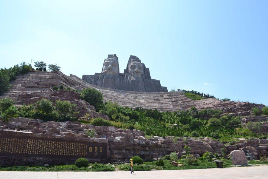 Памятник императорам Яну и Хуану