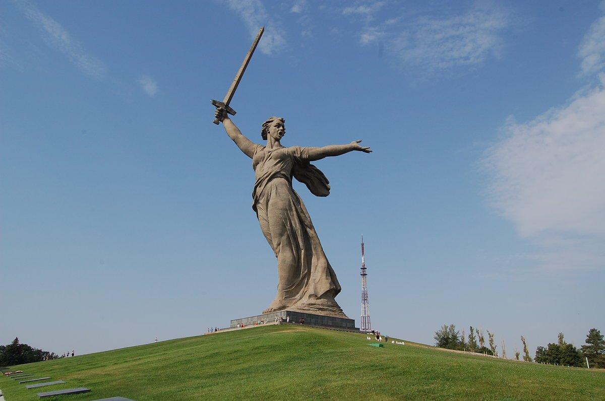 Высокий памятник Родина-мать