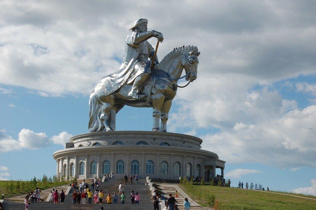 Высокий памятник Чингисхану