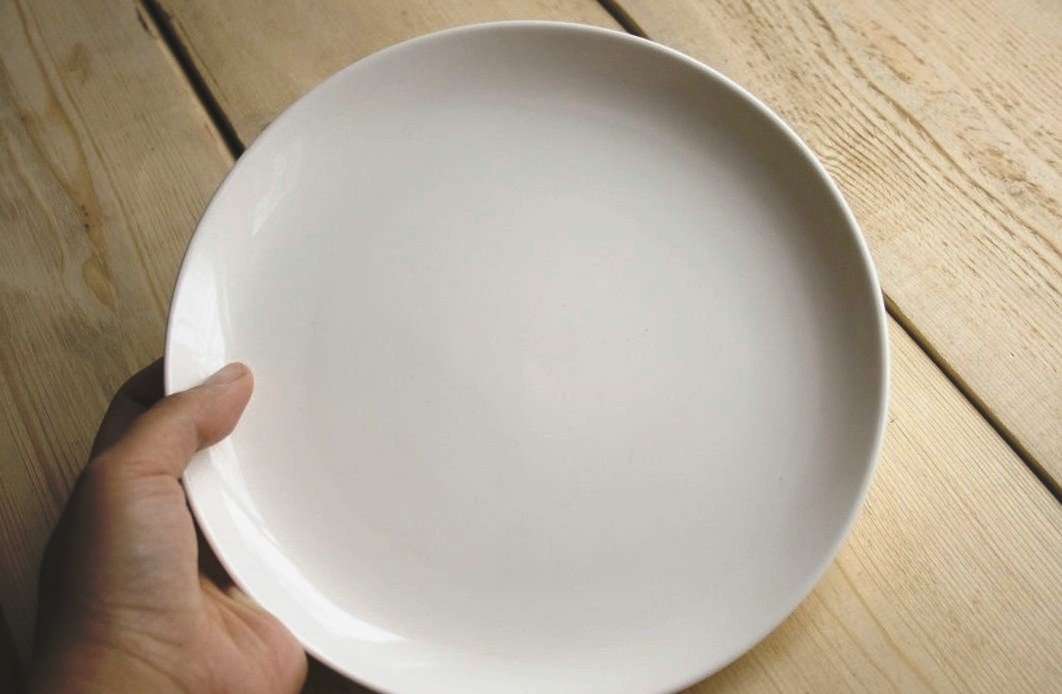 Отодвигать тарелку после еды