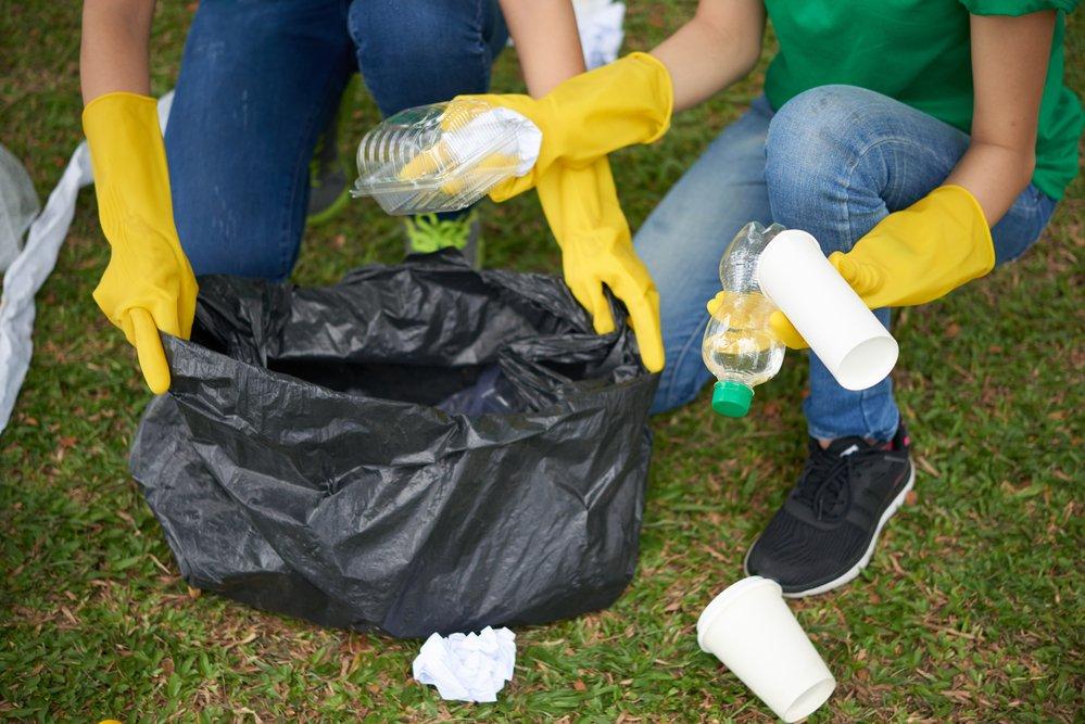 Туристы убирают мусор на природе