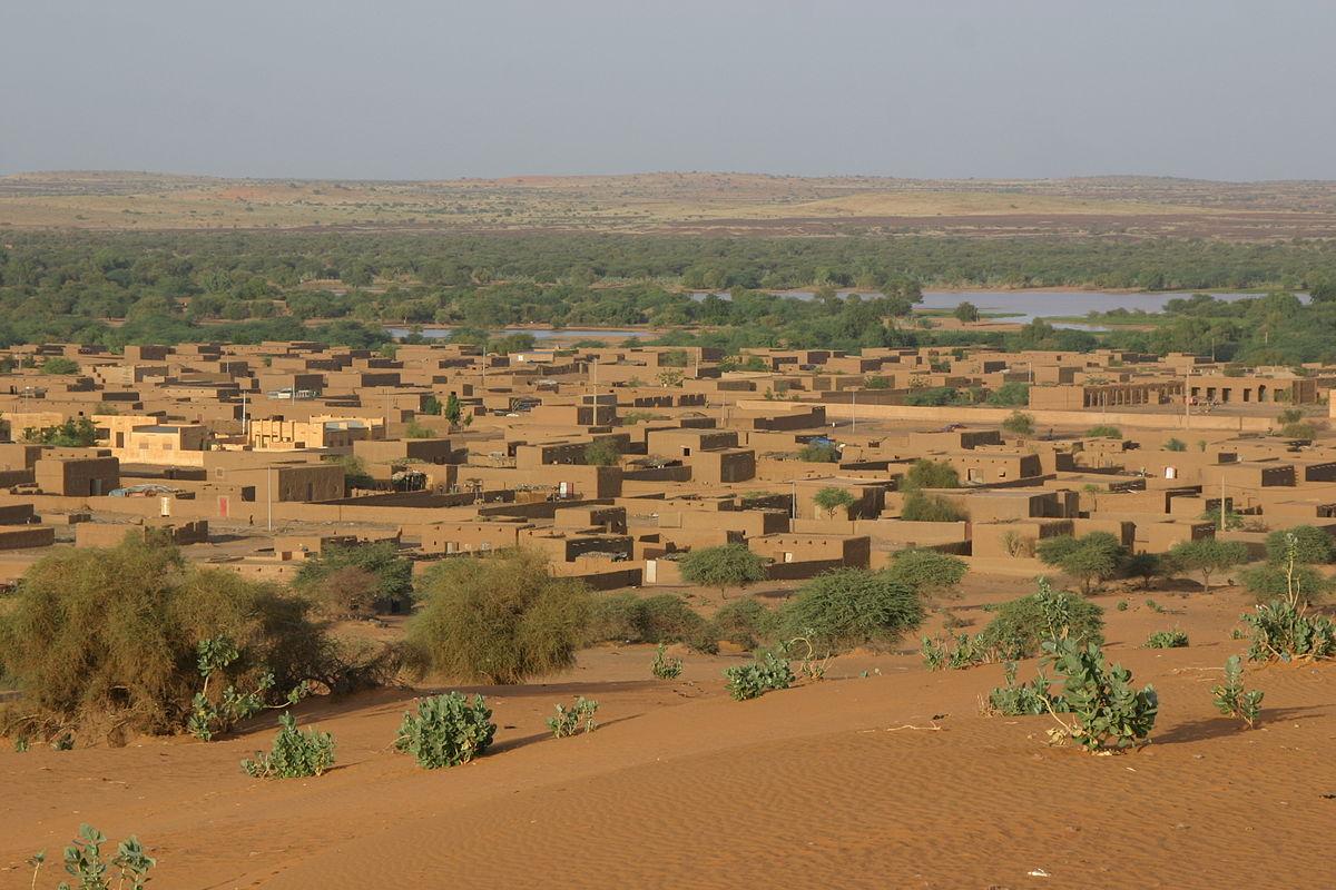 Жаркая деревня Араван в Мали