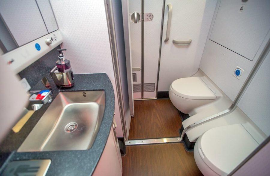Посещение санузла в самолете