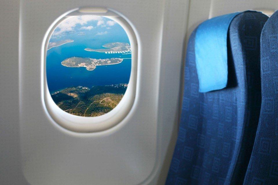Шторки в самолете закрывать по разрешению