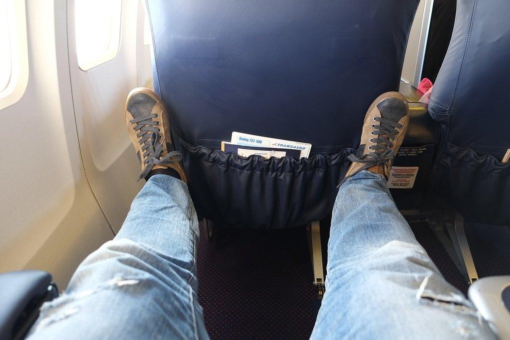 Вытянуть ноги в самолете не беспокоя других