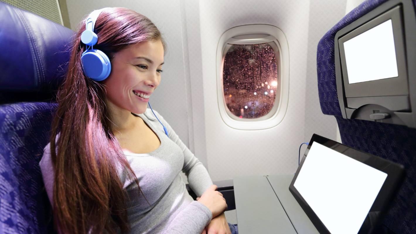 Смотреть фильм в наушниках в самолете