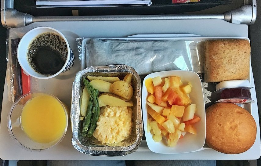 Обед на борту самолета французских авиалиний